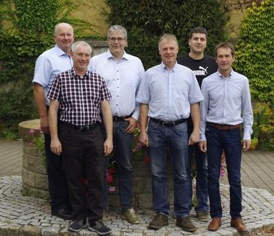 Die Mitglieder des Ortschaftsrats stehen vor dem Neubronner Dorfbrunnen